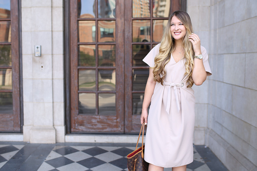 Chic professional workwear outfit in neutral color palette. ASOS V Neck Column Midi Dress with Eyelet and Tie. Workwear blogger with work outfit inspirations.