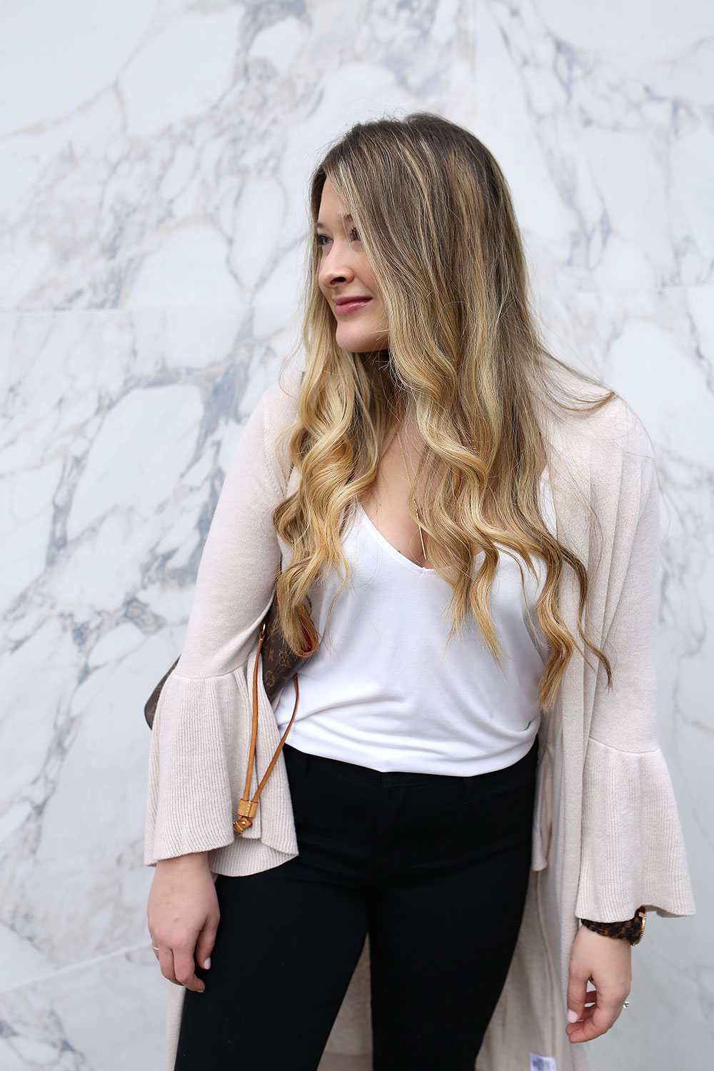 How to look polished with minimal effort and all-day comfort. Don't wear an uncomfortable outfit for the sake of fashion again. Check out these five tips on how to look effortlessly stylish every day without compromising comfort. Every day street style for women.